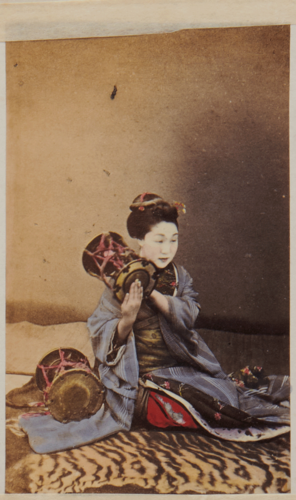 Shimooka Renjō, 'Tsuzumi no shinan (Instruction in the tsuzumi)'/ 'A girl playing on the drum (…)', c.1863-70.